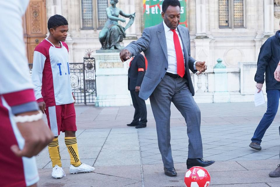 Pelé playing with kids