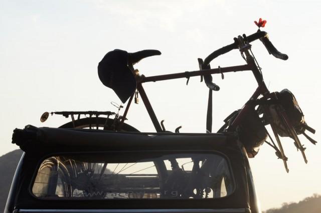 Deux chevaux et un vélo